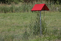 Comme un accent, rouge, sur une lettre, verte. (Pi-F) Tags: vert rouge provence accent circonflexe herbe prairie signalisation toit insolite t summer