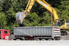 Komatsu PC490 loading Peterbilt 379 bucket (Vinny Schiano) Tags: nyc ny cat truck bucket construction caterpillar r dozer trucks statenisland mack komatsu bulldozer peterbilt excavator kenworth excavators 379 t800 nycconstruction dumptrailer peterbilt379 kenwortht800 mackr komatsupc490