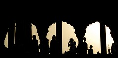 loin de l'agitation... (Nathalie Pellegrinelli) Tags: india silhouette backlight mosque dehli contrejour inde mosque