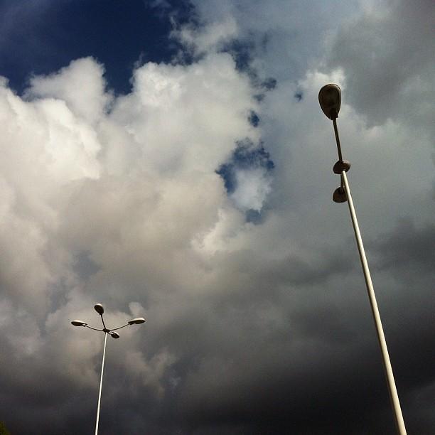 Nuvole e lampioni.