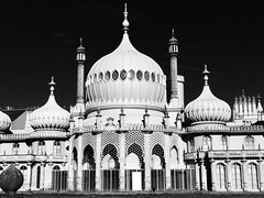 Pafiliwn Brighton / Brighton Pavilion (Rhisiart Hincks) Tags: duagwyn gwennhadu dubhagusgeal dubhagusbn zuribeltz czarnobiae blancinegre blancetnoir blancoynegro blackandwhite  bw feketefehr melnsunbalts juodairbalta negruialb siyahvebeyaz rnoinbelo    zwartenwit mustajavalkoinen crnoibelo ernabl schwarzundweis