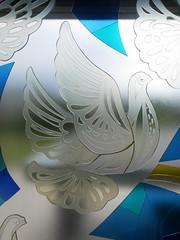 Die Taube, die Goldkanten. / 29.08.2016 (ben.kaden) Tags: berlin berlinmitte walterwomacka ausdergeschichtederdeutschenarbeiterbewegung sozialismus friedenstaube glasmalerei taube klebeglas architekturbezogenesglas kunstderddr kunst am bau 1964 ostmoderne staatsratsgebude detail werksgenossenschaftglasgestaltung architekturderddr architektur