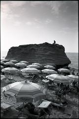 tropea, italy (OQ62) Tags: tropea italy italia calabria contaxg2 kodaktmax100 film analog epsonv700 tmax 100 blackandwhite beach mare