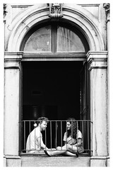 Romo et Juliette (Joanne Levesque) Tags: scnederue streetphotography couple amoureux lovers youth jeunesse amour love nb bw gens people fentre window balcony balcon vieuxmontral oldmontreal urbain urban coolpixp7700 nikon