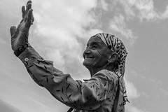 Ola !!!!!!!!! (http://www.jeromlphotos.fr) Tags: portrait noirblanc blackwhite capvert caboverde femme woman oldyear vieilledame canon eos 5dmarkii hand main