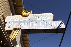East Side Health Clinic (Curtis Gregory Perry) Tags: usa luz sign bulb oregon portland licht neon unitedstates lumire united side aviso east health northamerica arrow states division clinic luce muestra signe sinal  zeichen non segno nen     teken