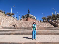 """Humahuaca: Miss V et son nouveau pantalon devant le Monumento a la Independencia <a style=""""margin-left:10px; font-size:0.8em;"""" href=""""http://www.flickr.com/photos/127723101@N04/28525346943/"""" target=""""_blank"""">@flickr</a>"""