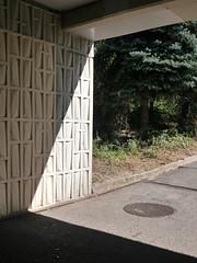 Der Durchgang. / 26.08.2016 (ben.kaden) Tags: berlin marzahn sbahnhofpoelchaustrase formsteine architektur architekturderddr detail schatten 2016 26082016 ostmoderne