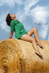 Baciata dal sole (Barbara Pecoraro www.barbarapecoraro.it) Tags: portrait verde canon donna nuvole giallo cielo balla sole colori ritratto bacio gambe fieno labbra