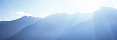 Blaue.Berge (Roger_T) Tags: blue panorama sunlight mountains alps nature silhouette schweiz switzerland natur bluemountains berge alpen blau sonnenstrahlen 2012 gegenlicht glarus abendsonne mountainlandscape sonnenlicht innerschweiz strahlen umrisse naturalsilhouette weissebergen shaftsofsunlight antilight sonyalpha200 alpenraum blauebergen