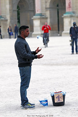 Juggling (Rick & Bart) Tags: paris france city urban jardindestuileries streetphotography everydaypeople people strangers candid juggling rickvink rickbart canon eos70d