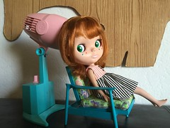 Conrad is getting her hair done (TuSabesBlythe) Tags: conrad doll blythe bl kozy kozykape