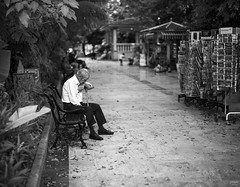 Parece que fue ayer (Joaqun M Crespo) Tags: byn blackwhite bw blancoynegro callejeo calle ciudad marbella monocromo leica summilux 50mm streetphoto street summer
