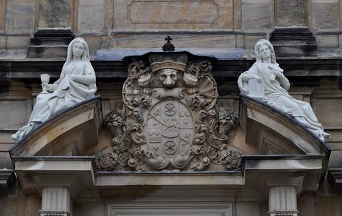 Bamberg (Alemania). Domplatz. Palacio de la Nueva Residencia. Portada. Escudo