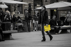 Free hugs (frederik89) Tags: firenze toscana free abbracci gratis yellow giallo bw bianco bianconero nero hugs people