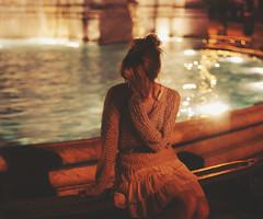 (Regina Leah) Tags: italien light shadow portrait italy woman rome reflection water fountain girl night dark bokeh leah regina rom reginaleah