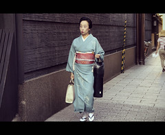 Elegance in Gion (Kyoto, Japan) (Shanti Basauri) Tags: street woman japan japanese costume kyoto dress candid traditional flute clothes geiko geisha  yukata   kimono obi gion tradition kioto cinematic kansai 2012  elegance inoue japn elegancia hanamikoji japonia shinobue  tomichiyo