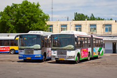[Buses in Beijing] Jinghua BK6141CNGA  BPT #17407 #17401 Front-left at Bagoucun Bus Yard (tonyluan1990) Tags: bus beijing  publictransport busstation bendybus citybus busyard   bagou  articulatedbus transitbus jinghua  alternativefuelvehicle frontengine  cngbus  beijingpublictransportholdingsltd   bisectionbus  standardfloor      beijingpublictransport bagoucun