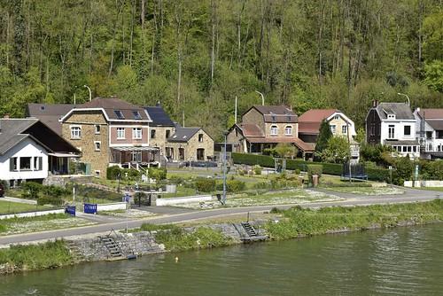 Lotissement plus récent le long de la Meuse