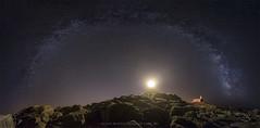 Estrella de la noche. (PITUSA 2) Tags: faro corrubedo acorua piedras mar atlntico oceano noche nocturna estrellas vialactea oscuridad cielo luces viento naturaleza fotografa largaexposicin apilado firmamento elsabustomagdalena pitusa2 canon 6d