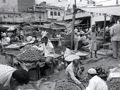Delhi (Mattia Camellini) Tags: india sonydscf828 cybershot monochrome biancoenero carlzeiss sonnarvariot228200 mattiacamellini dehli market mercato people persone streetphotography