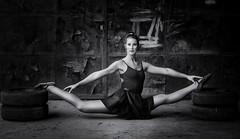 Gelenkig ohne Ende (ellen-ow) Tags: ballett frauen models mona reifen spagat sportarten tanzen turnen weiblich rostig mensch schwarzweis blackandwhite woman portrt gelenkig nikond5 ellenow