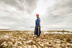 la pescatrice di Zanzibar (Deborah Lo Castro) Tags: sea sky people woman beach island donna mare tide persone cielo zanzibar lowtide spiaggia isola pescatrice bassamarea uroa deborahlocastro canondos7d