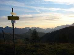 Wegweiser fr Wanderer (Swassermatrose) Tags: sky panorama sun mountain holiday alps sign alpes sunrise landscape austria vacances sterreich twilight urlaub himmel wolken berge schild dmmerung alpen crpuscule landschaft sonne sonnenaufgang soe sunup 2012 levant wanderweg wegweiser blauestunde lofer pinzgau salzburgerland salidadelsol lofereralm alpenpanorama sunrisetime shieldofexcellence saalachtal wanderzeichen twilighthour elcrepsculo premireheure almenwelt wanderalm wandernmitwaldtraut