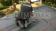 Dakdekker: De detaillering rondom het dak is voorzien van een zelfklevende dakbedekking met daarop gemonteerd een daktrim, dakdekker Ridvan brand vanuit het geïmpregneerde daktrim profiel een tweede strook bedekking
