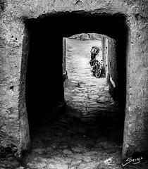 Kasbah door (Sergio Bjar) Tags: door bw white black blanco desert negro bn morocco marrakech desierto marruecos ouarzazate zagora kasbah merzouga bereber
