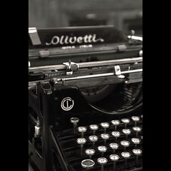 qZerty! (NAIGO) Tags: olivetti olivettim20 m20 macchinadascrivere tasti storia antica 1920 camaldoli anticafarmaciadicamaldoli toscana canon 7d 24105 f4 naigo fra