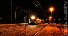 Nocturnas bajo 0 (alberto vtr) Tags: renfe estacion de busdongo puerto pajares linea leon gijon nieve snow ute 447 cercanias asturias tren nocturno nocturna adif train trenes en la winter rail railway steam railroad reflejos ffcc