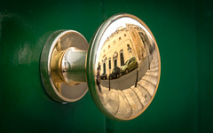 Shiny Knob (DobingDesign) Tags: doorknob green door frontdoor reflection shiny brassy gold yellow spherical streetphotography valletta malta metallic metal smooth clean stairs steps staircase stairway streets pavement cars detail