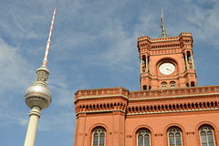 East Side (simon.stoelben) Tags: alex fernsehturm televisiontower berlin berlinmitte townhall rotesrathaus sights sehenswrdigkeiten capital city hauptstadt germany sunny summer antenna