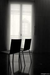 Intimidad (ángel mateo) Tags: ángelmartínmateo almería andalucía españa blancoynegro caf centroandaluzdelafotografía sillas ventana cortina luz reflejos intimidad blackandwhite andalusiancentreofphotography light reflections chairs privacy curtain window ángelmateo monocromo monochrome