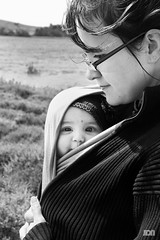 Lilie & Mom (Jo*DNo) Tags: bw baby white black love canon mom eos 350d kid noir child play nb amour enfant fille blanc bb lilie mre