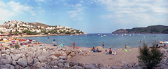 Cala Montg (Vicnaba) Tags: sea film beach mar mediterranean fuji superia playa panoramic 400 panoramica epson fujifilm zenit horizon202 costabrava cala mediterrneo platja lescala xtra fujicolor mediterrani montg v500 mediterrnia calamontg