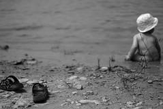 Au bord du lac (Frederike et Nicphore) Tags: t summer lac bb chaussure bokeh