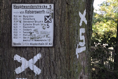 Krefeld-Linn (borntobewild1946) Tags: nrw krefeld baum nordrheinwestfalen rheinland wandern wasserburg burg niederrhein baumstamm krefeldlinn dsseldorfkaiserswerth wandertafel copyrightbyberndloosborntobewild1946 linnburglinn hauptwanderstrecke5 baummarkierungen