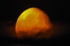 ti stanno guardando (effetto delle nuvole sulla luna) (conteluigi66) Tags: luna minimal minimalismo luigiconte nuvole occhio eye sguardo