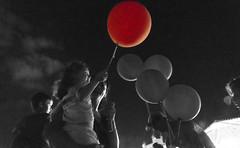 Ilusin (cristinagarzonq) Tags: globo balloon bn splash ilusin nia nios sonrisa kids laplazaenverano mataderomadrid