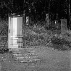 The Door. (Imanol 6x6) Tags: trix 400 kodak 120 6x6 500x500 film bw blackandwhite mediumformat mf nophotoshop rolleiflex trl f28 sansebastian donostia eh street landscape