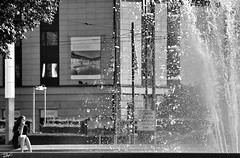 (Pau Pumarola) Tags: blackandwhite blancinegre blancoynegro noiretblanc schwarzundweis fotografiadecarrer fotografiacallejera photographiederue streetphotography strasenfotografie font fuente fountain fontne fontaine dona mujer femme woman frau frescor frescura fracheur freshness frische