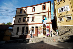DSC_0647 (DieguitoMC) Tags: ocean chile old summer people streets cold water architecture del buildings graffiti valparaiso mar viña pacific cables 2012 quilpue
