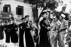 Robert Capa  INDOCHINA 1954 (2) - Binh lính Lê Dương Pháp ngắm nhìn trẻ em băng qua đường tại Hanoi (23/5/1954) (manhhai) Tags: asiansoutheastasianorigin asiatiquedelasiedusudest attente boy3to13years colonie colony communautémultiraciale extérieur exterior fileindienne foreignlegion garçon3à13ans groupofpeople groupe guerredindochine hanoï homme25à45ans képi légionétrangère man25to45years multiracial passagepieton pedestrianwalkway singlefile traditionalclothes typehumainblanc uniform uniforme vêtementtraditionnel waiting warofindochina whitepeople