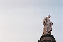 Il passato alle spalle (sirio174 (anche su Lomography)) Tags: volta alessandro alessandrovolta scienziato monumento como