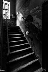 Oscuras escaleras (Perurena) Tags: escaleras stairs peldaos oscuridad darkness sombras shadows luvces lights ventana window blancoynegro blackandwhite edificio abandono decay varsovia polonia
