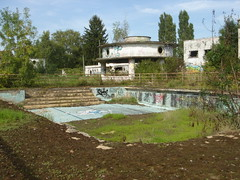 Piscine du golf (Alley Cat (photography)) Tags: urbex urbanexploration explorationurbaine abandoned abandonn ruine ruined ruines ruins derelict decay decayed basenautique nauticbase piscine swimmingpool golf