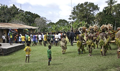 Welcome for the Men in Black (Sven Rudolf Jan) Tags: tufi papuanewguinea garyjuffa traditional dancers crowd
