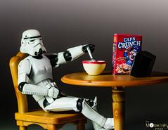 watchin tv (louisa827) Tags: breakfast toy toys starwars stormtroopers bowl actionfigures stormtrooper capn hasbro plastictoys crunchcerealtvcereal